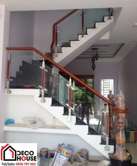Cầu thang gỗ kính cho nhà ống