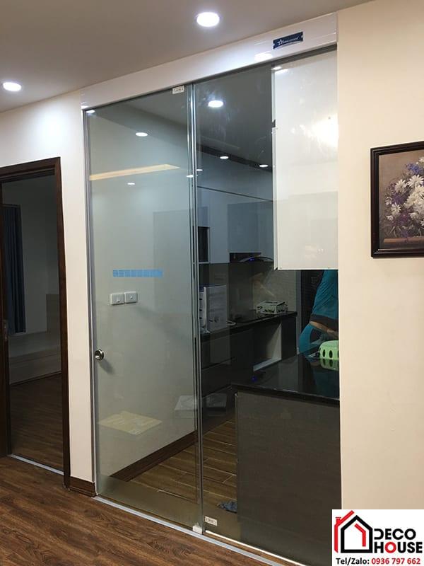 Cửa kính ngăn phòng khách và phòng bếp