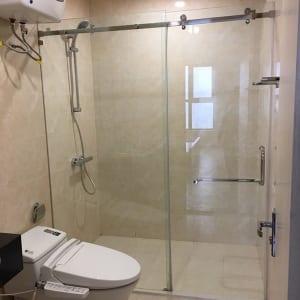 Thi công phòng tắm kính cửa lùa đẹp