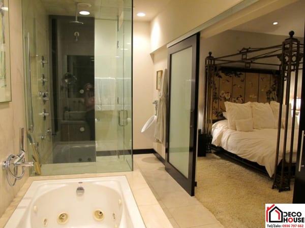 Vách kính phòng tắm trong phòng ngủ khách sạn cao cấp