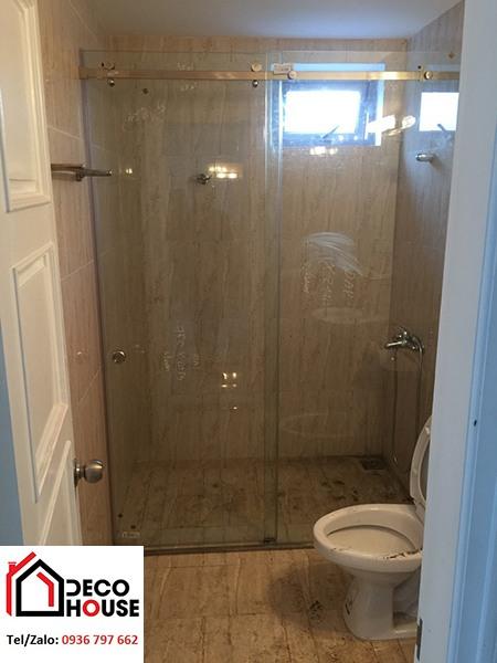 Vách kính tắm cửa lùa ngăn phòng tắm nhỏ